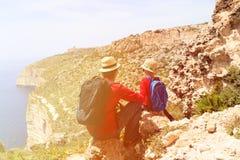 在风景山的父亲和儿子旅行 免版税库存图片
