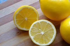在风景庄稼的两个柠檬一半 库存图片