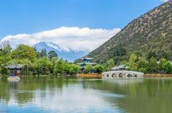 在风景玉春天公园使黑龙水池的看法,它环境美化是一个著名池塘 库存照片