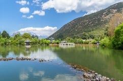 在风景玉春天公园使黑龙水池的看法,它环境美化是一个著名池塘 免版税库存图片