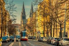 在风景街道布拉格的电车 免版税库存图片