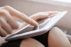 在风景视图的妇女感人的白色企业片剂与一个手指 库存照片