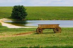 在风景视图的老木无盖货车 免版税库存照片