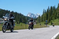 在风景路的被弄脏的摩托车 免版税库存照片