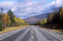 在风景路线302在克劳福德山谷,新罕布什尔的一条开放路 免版税库存图片