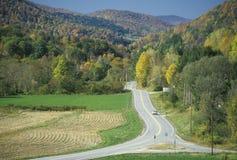 在风景路线100的一条开放路在施托克伯雷杰,佛蒙特附近 免版税图库摄影