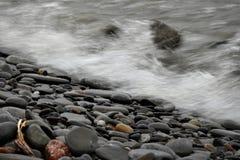 在风暴以后浇灌碰撞在岸上 免版税库存照片