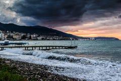 在风暴以后的日落在马尔马拉海土耳其 免版税库存图片