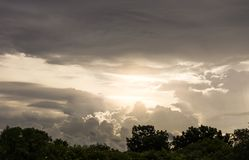 在风暴前的多云和喜怒无常的天空 免版税库存照片