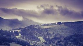 在风暴期间的山风景 免版税库存图片