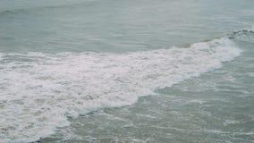 在风暴期间的泡沫似的波浪 多雨的日 股票视频