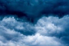 在风暴期间的黑暗的风雨如磐的天空 design_的模板 免版税库存图片