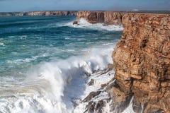 在风暴期间,巨人波浪击中了岩石, 库存照片