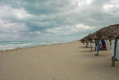 在风暴期间,海滩离开 免版税图库摄影