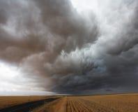 在风暴的云彩领域 免版税库存照片