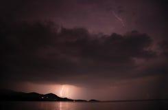 在风暴的湖闪电 免版税库存照片