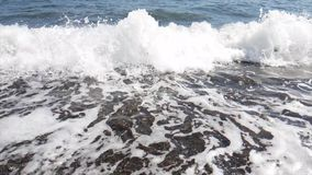 在风暴,慢动作期间,泡沫似的海在海滨挥动 股票视频