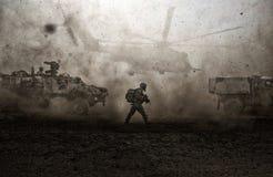 在风暴&尘土之间的军事力量在沙漠 库存图片