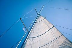 在风的一个风帆在游艇小船 免版税库存图片