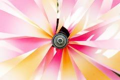 在风的发光的转动的轮转焰火 免版税库存照片