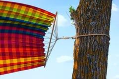 在风的吊床与绳索被栓对树 免版税库存照片