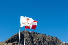 在风的旗子与山 库存图片