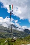 在风的旗子在adamello谷,阿尔卑斯 图库摄影
