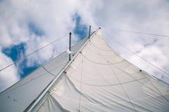 在风的白色风帆在小船,看法从下面 免版税库存图片