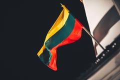 在风的立陶宛旗子 图库摄影
