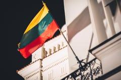 在风的立陶宛旗子 库存图片