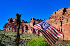 在风的美国旗子在国会大厦礁石 免版税图库摄影