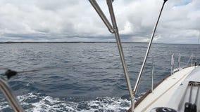在风的航行游艇在波浪 股票视频