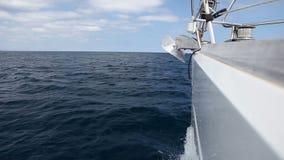 在风的航行游艇在波浪 股票录像