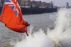 在风的英国国旗飞行 免版税库存照片