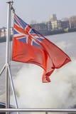 在风的英国国旗飞行 免版税库存图片