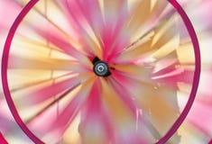 在风的转动的轮转焰火 免版税库存图片