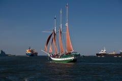 在风的风船与红色风帆 免版税图库摄影