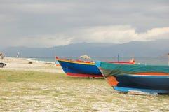 在风筝海滩的小船 免版税库存图片