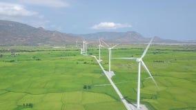在风能驻地寄生虫视图的风车涡轮 供选择的自然来源,生态保护 风轮机 影视素材