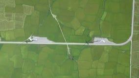 在风能驻地鸟瞰图的风车涡轮 在绿色领域寄生虫视图的风力涡轮发电机 股票录像