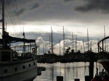 在风船小游艇船坞的暴风云 库存照片