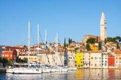 在风船港口的早晨视图在有许多被停泊的帆船和游艇的,克罗地亚罗维尼 免版税库存图片