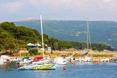 在风船港口的看法在有许多被停泊的帆船和游艇的,克罗地亚Krk 免版税图库摄影