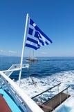 在风船的后面的希腊旗子 免版税库存图片