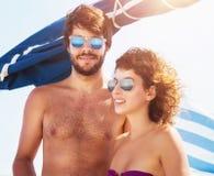 在风船的逗人喜爱的夫妇 免版税库存照片