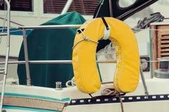 在风船的马掌浮体救生衣 库存照片