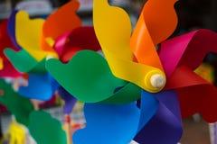 在风车玩具的彩虹颜色 免版税库存照片