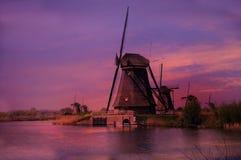 在风车的日落在小孩堤防在荷兰 库存图片