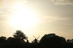 在风车的日落 免版税库存照片