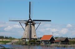 在风车的独特的全景在小孩堤防,荷兰 库存图片
